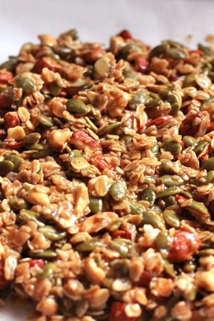 カボチャの種が多いキャラメルナッツを冷ましているところ